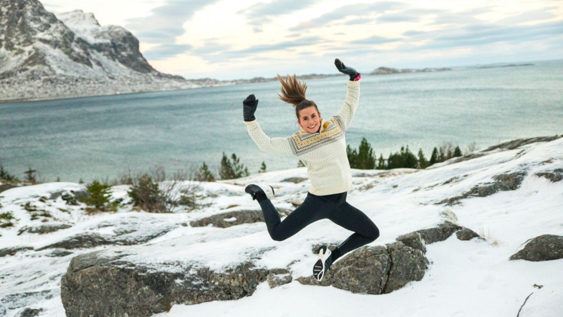 Mariell hopper høyt i snødekt landskap