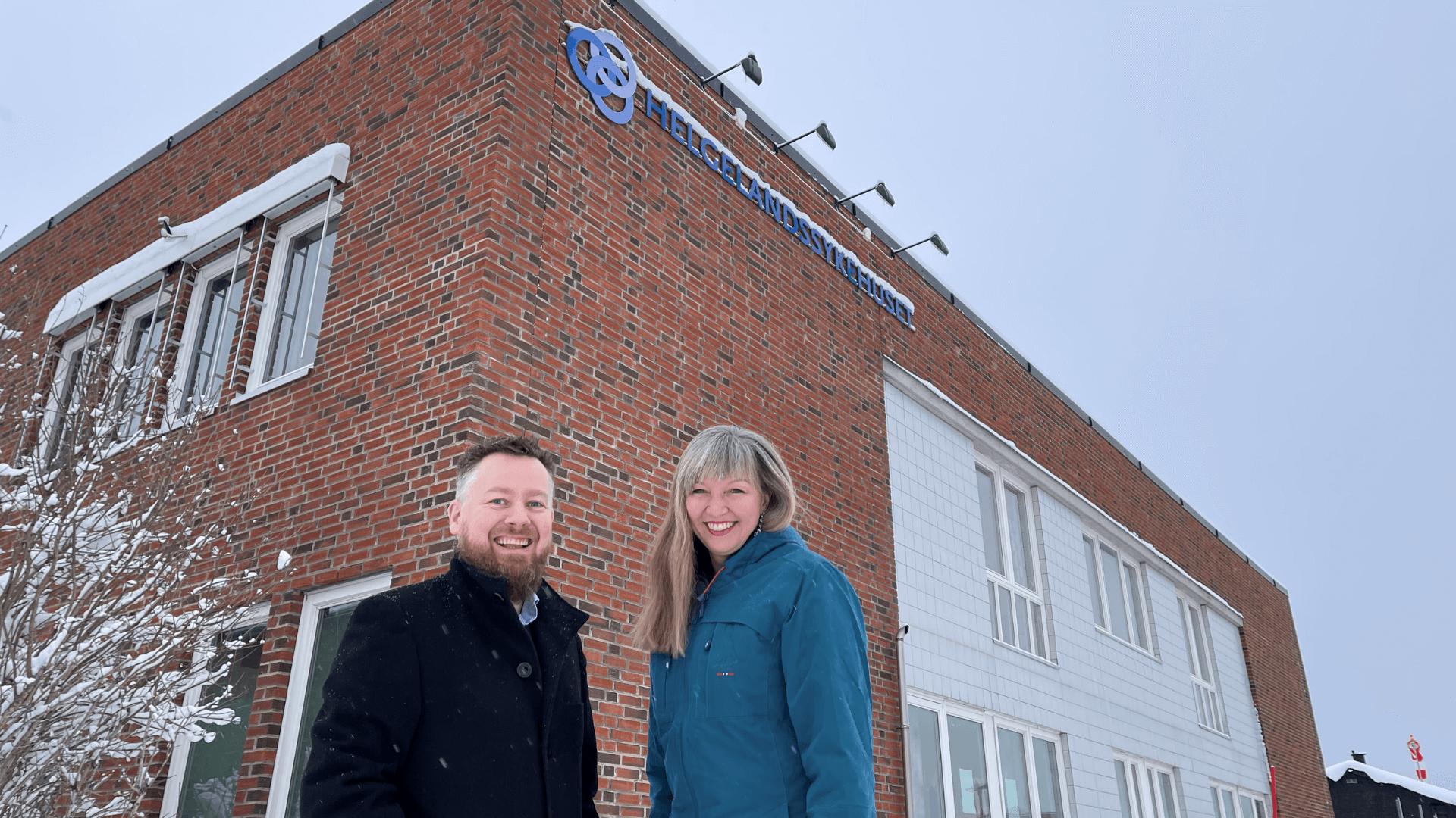 Bilde av Monica Paulsen og Rolf Skogvold foran Helgelandsykehuset
