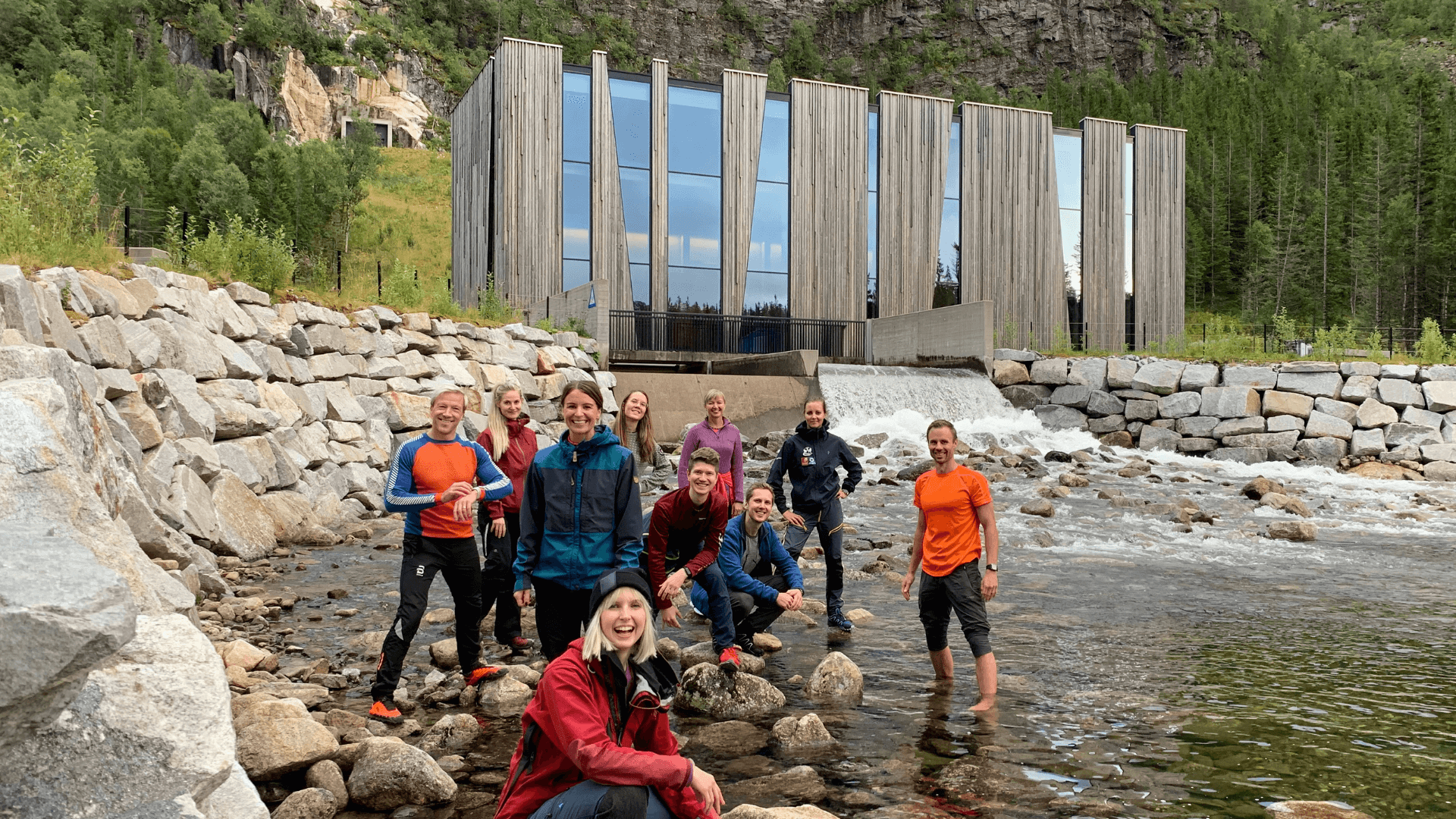 Blide folk foran verdens vakreste vannkraftverk; Øvre Forsland